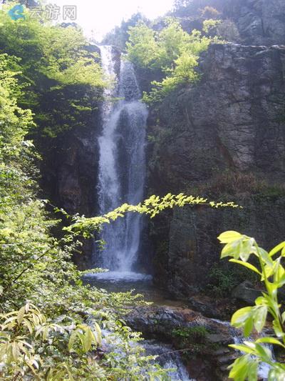 天玉铜壶滴漏瀑布位于桃源村东南,一飞泉自崖顶喷泻而出,声如古时